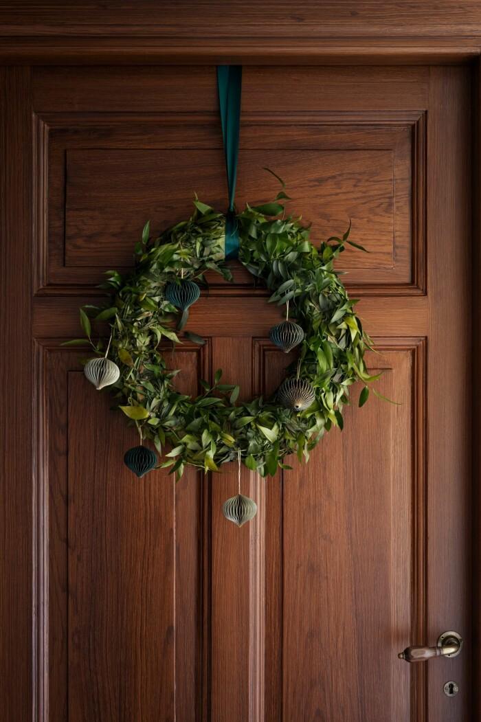 grön julkrans med julgransdekorationer i
