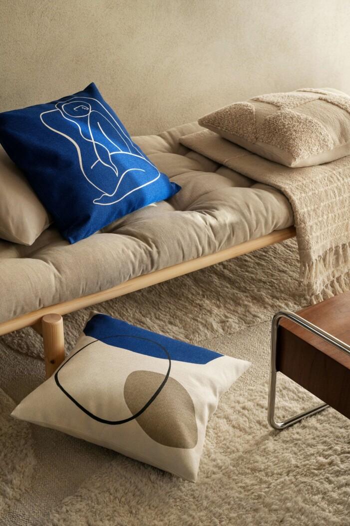 Blå kudde hos H&M Home hösten 2021