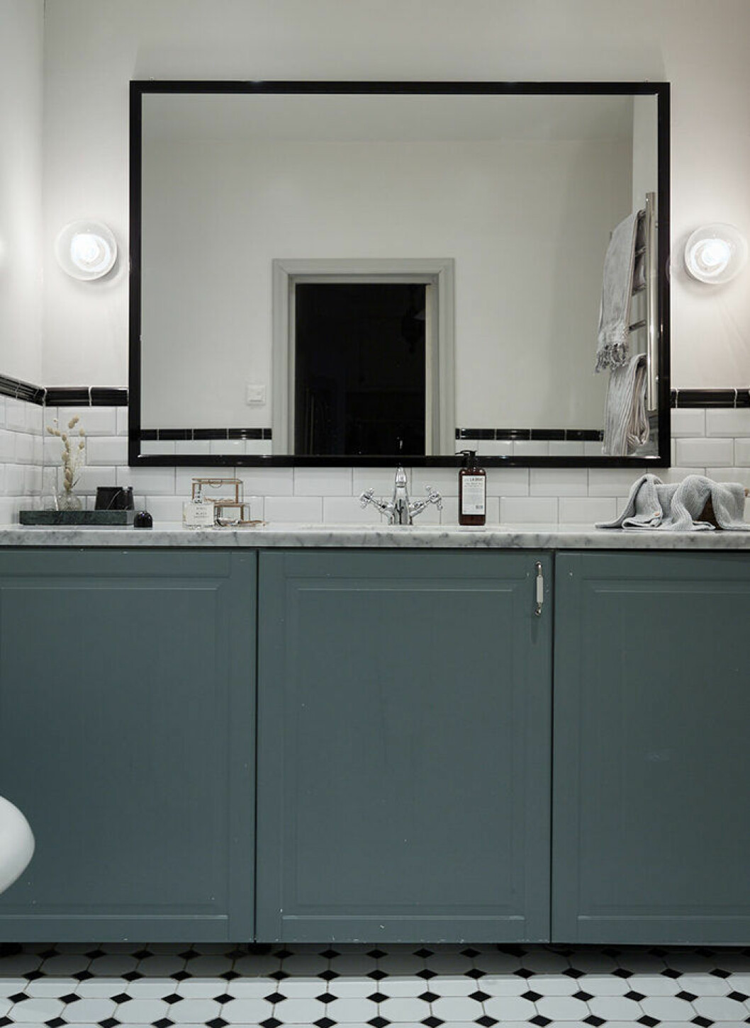Hotellkänsla i badrum med svarta detaljer