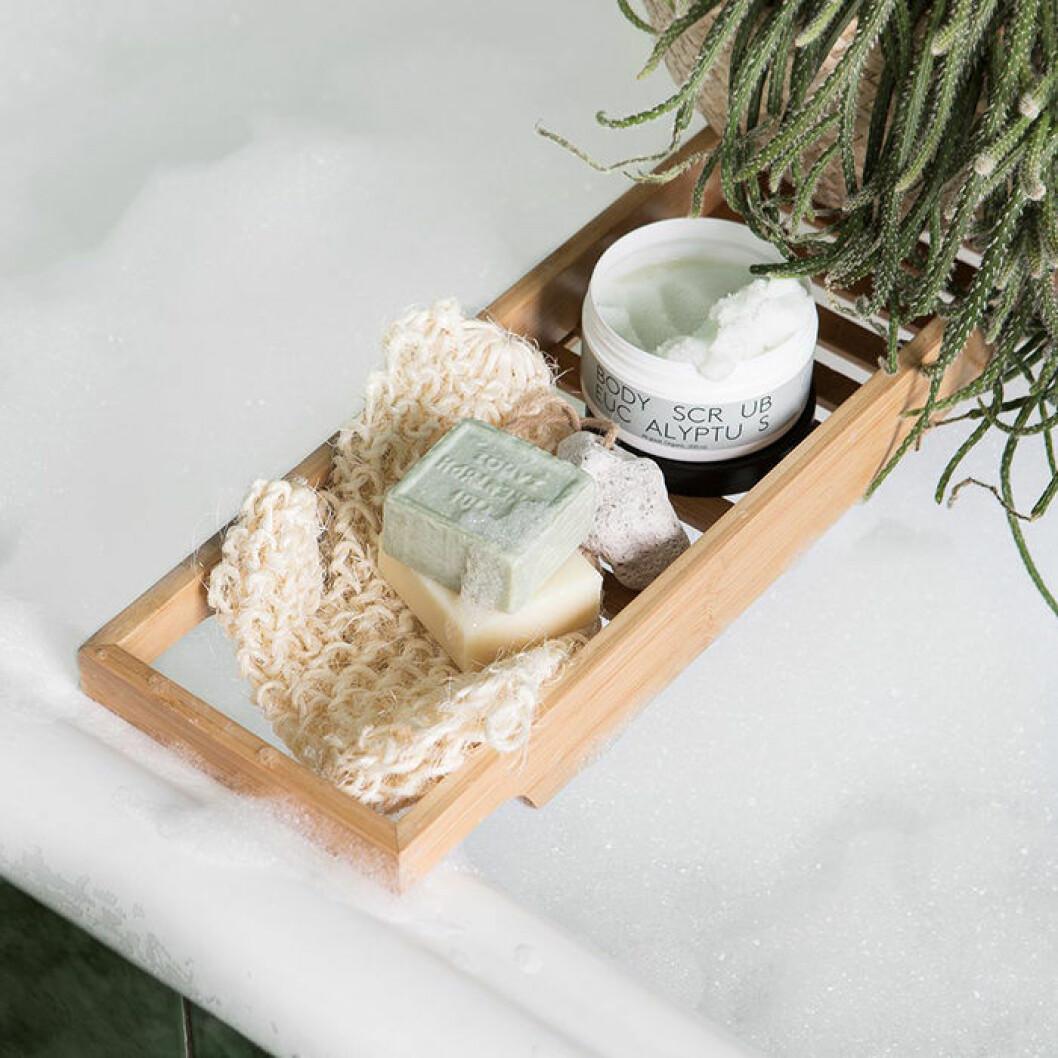 Skapa hotellkänsla i badrummet – med badkarshylla från Granit