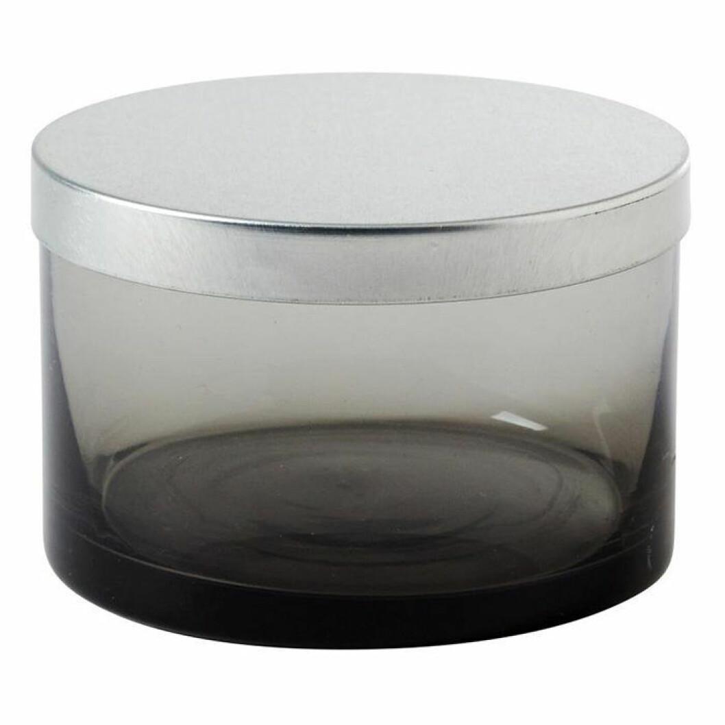 Skapa hotellkänsla i badrummet – med små förvaringsburkar med tonat glas