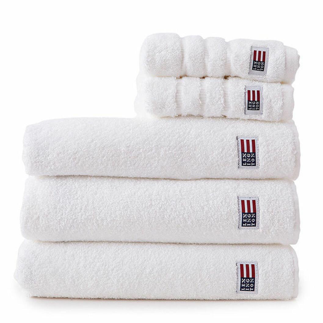 Skapa hotellkänsla i badrummet – med vita frottéhanddukar från Lexington