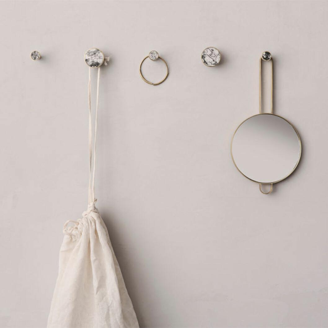 Skapa hotellkänsla i badrummet – med en spegel från Ferm living