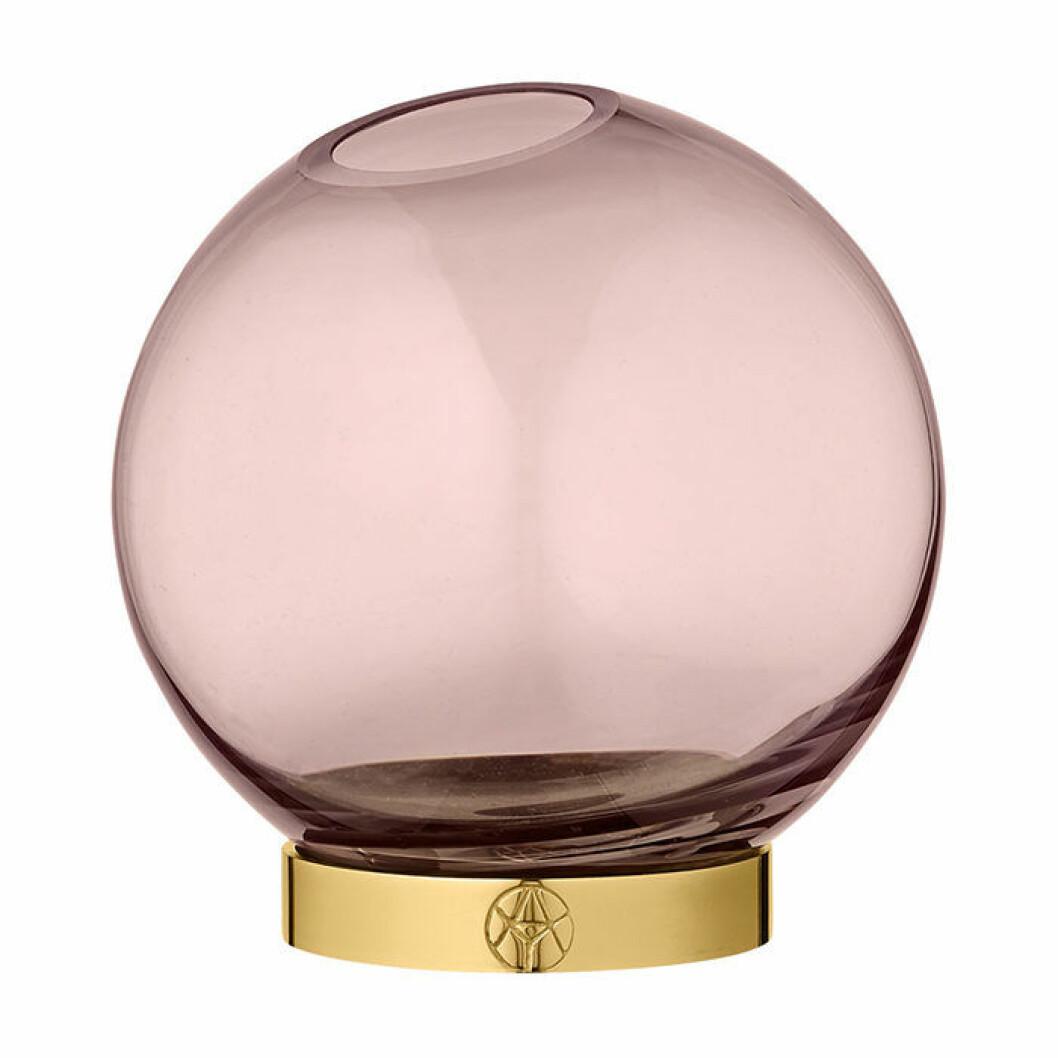 Skapa hotellkänsla i badrummet – med vas i rosa tonat glas och mässing
