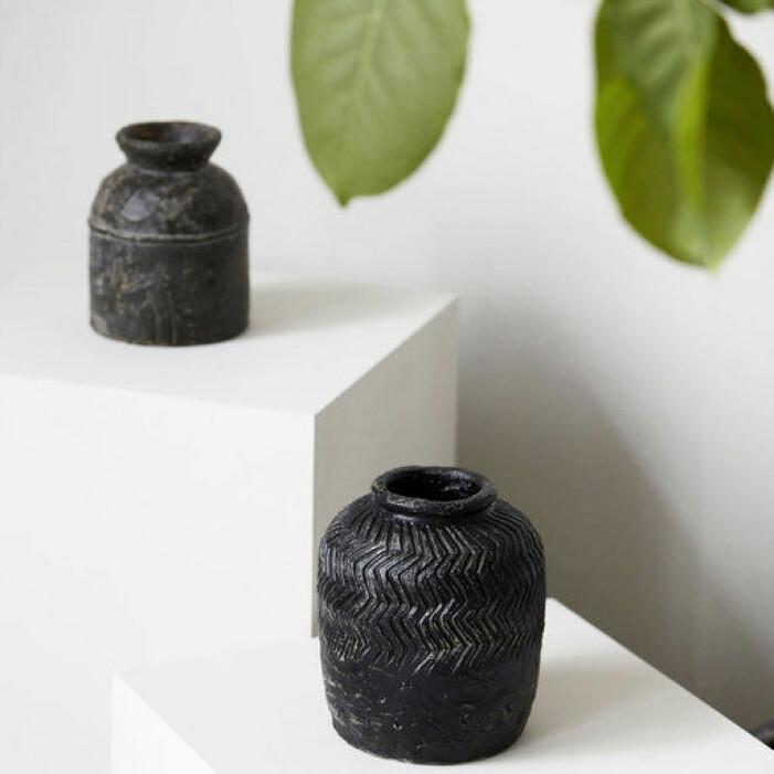 Handgjord svart vas från House Doctor