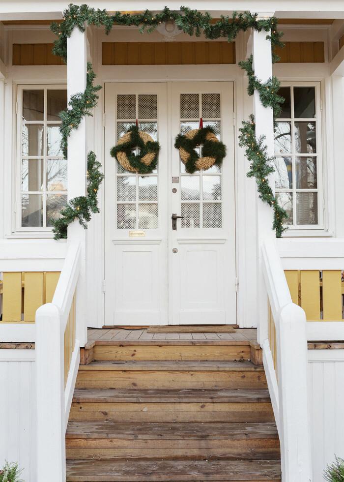 husentré med girlanger och julkrans