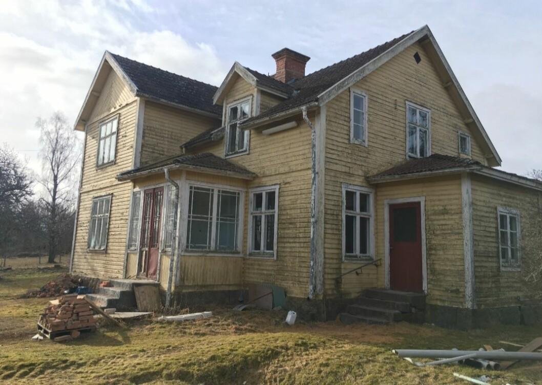 Husets exteriör före renoveringen.