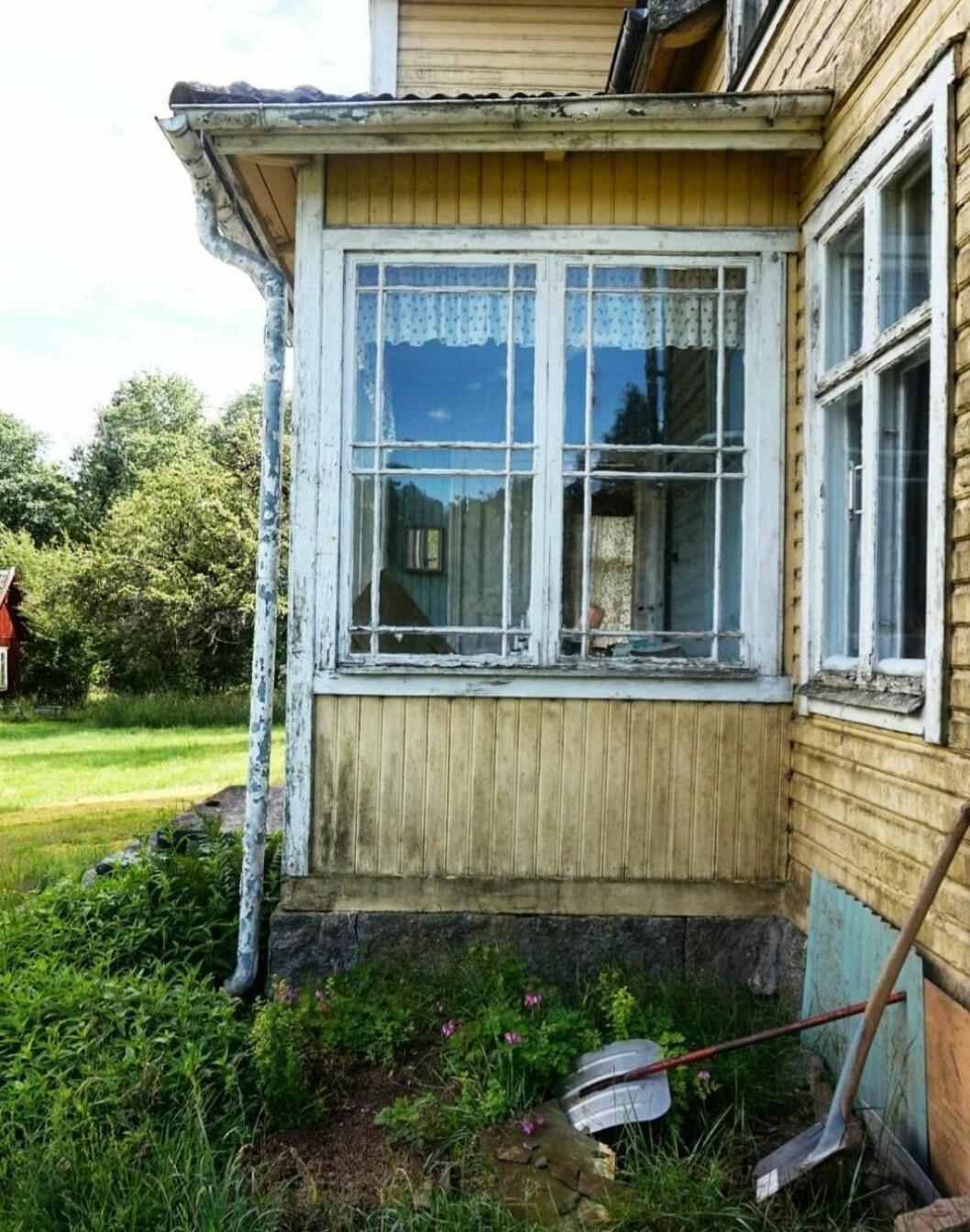 Husets glasveranda före renoveringen.