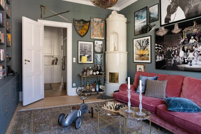 Jahrhundertwendewohnung mit herrlichem Eckbalkon zu verkaufen Bibliothek mit Kachelofen