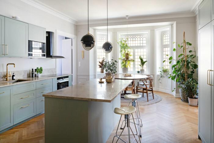 Jahrhundertwendewohnung mit herrlichem Eckbalkon zu verkaufen Kücheninsellampen von Gubi