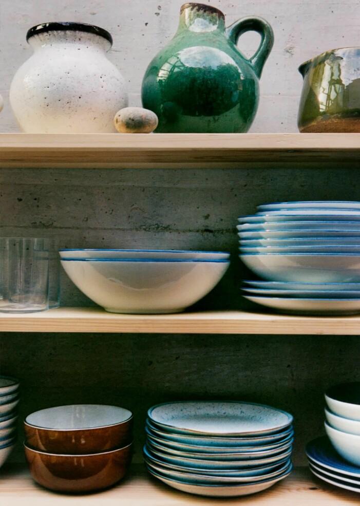 Så inreder du efter säsong, färgglad keramik