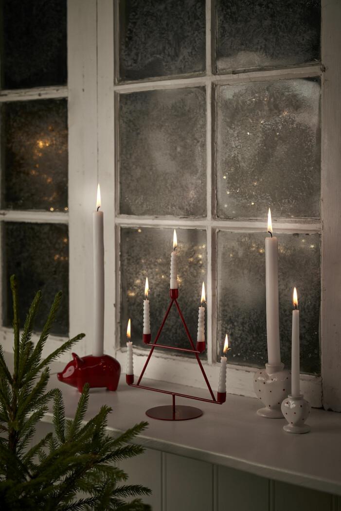 Inred med jul, snygga levande ljus och ljusstakar
