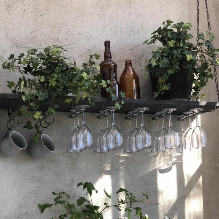 Inred med kökshylla, gröna växter