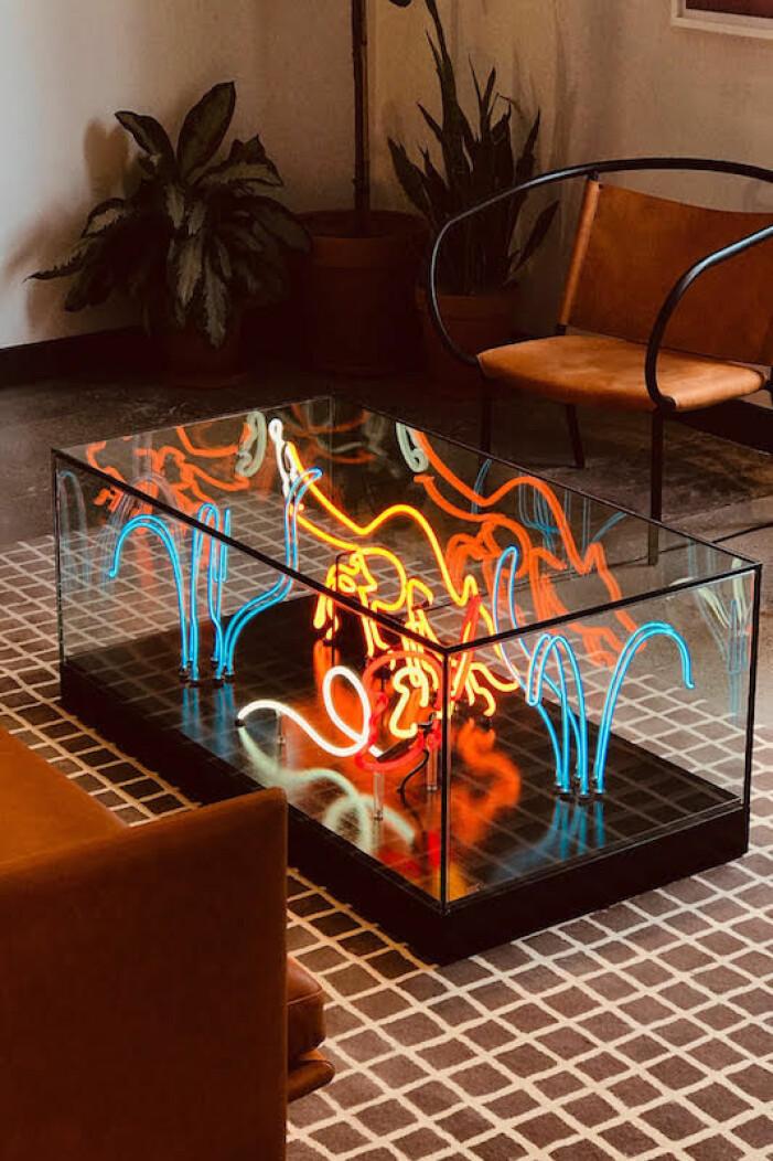 Inred med neon, glasbord med neon