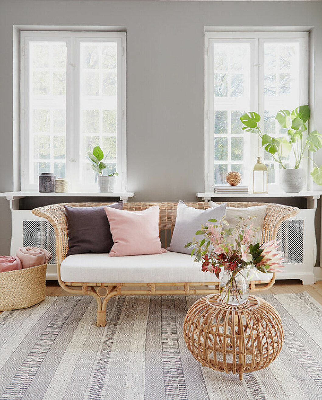 Inred med trendig rotting – en rottingsoffa i vardagsrummet