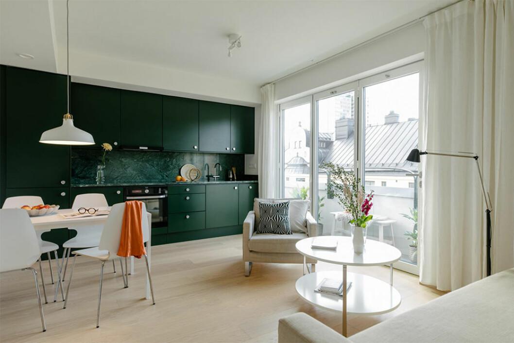 Snygg liten lägenhet med mörkgrönt kök