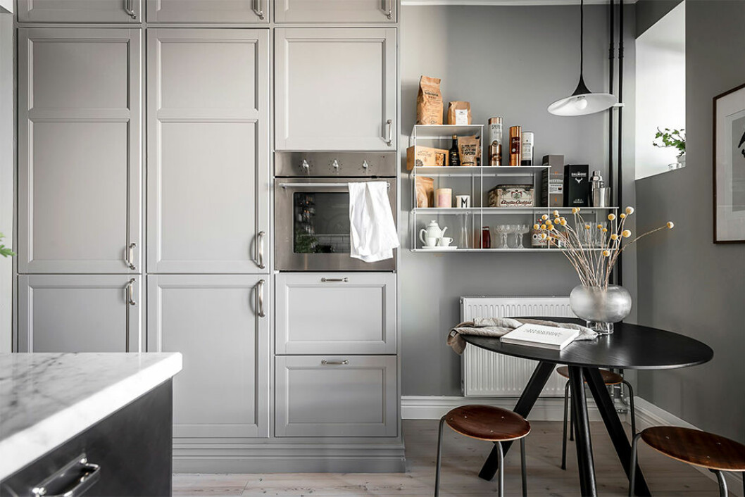 Platsbyggt kök från golv till tak och öppen förvaring i kombination