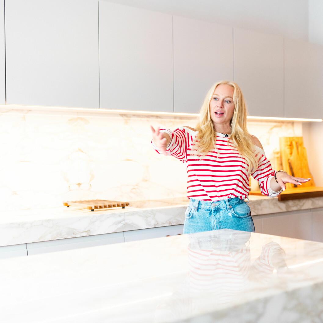 Familjen nya kök är ljust och har en hel del marmor!