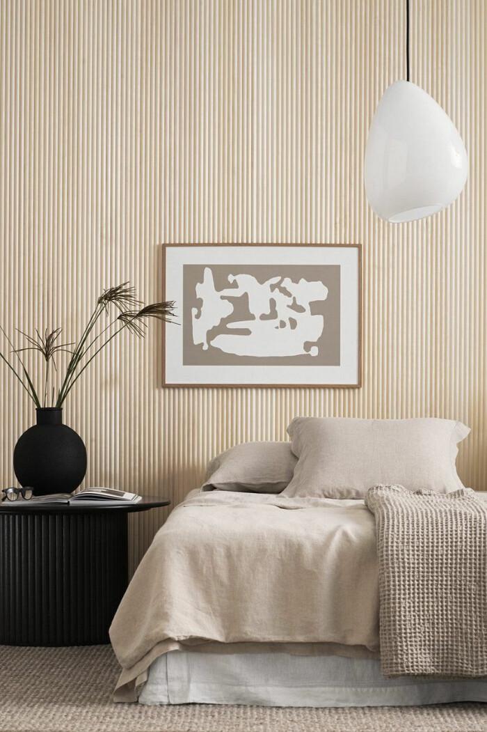 sovrum i avskalad japandi stil