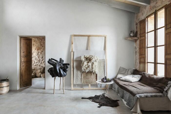 Vardagsrum med soffa i Jaumes och Adrianas hem i Mallorca