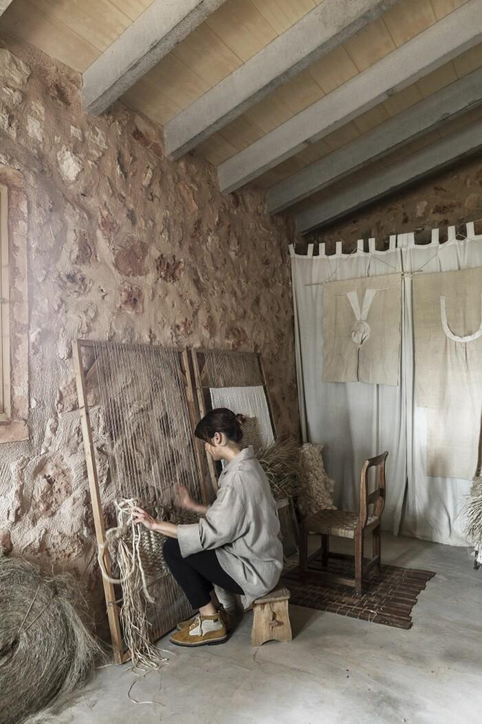 Adriana skapar en väggbonad med grovt hampasnöre