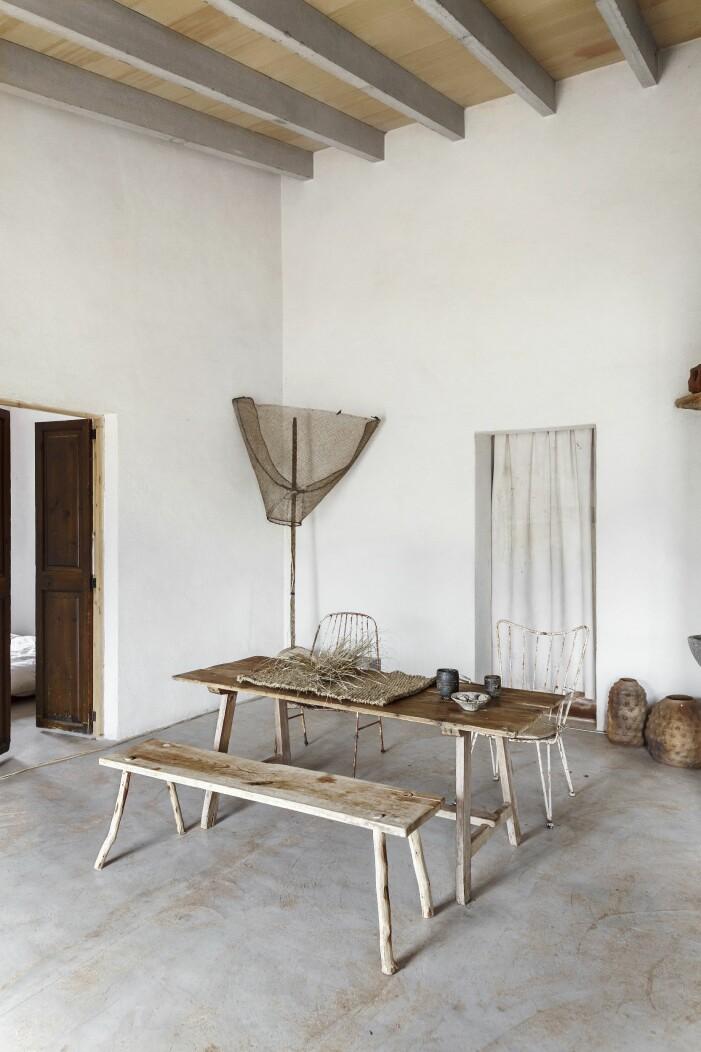 Träbord med träbänkar som matbord
