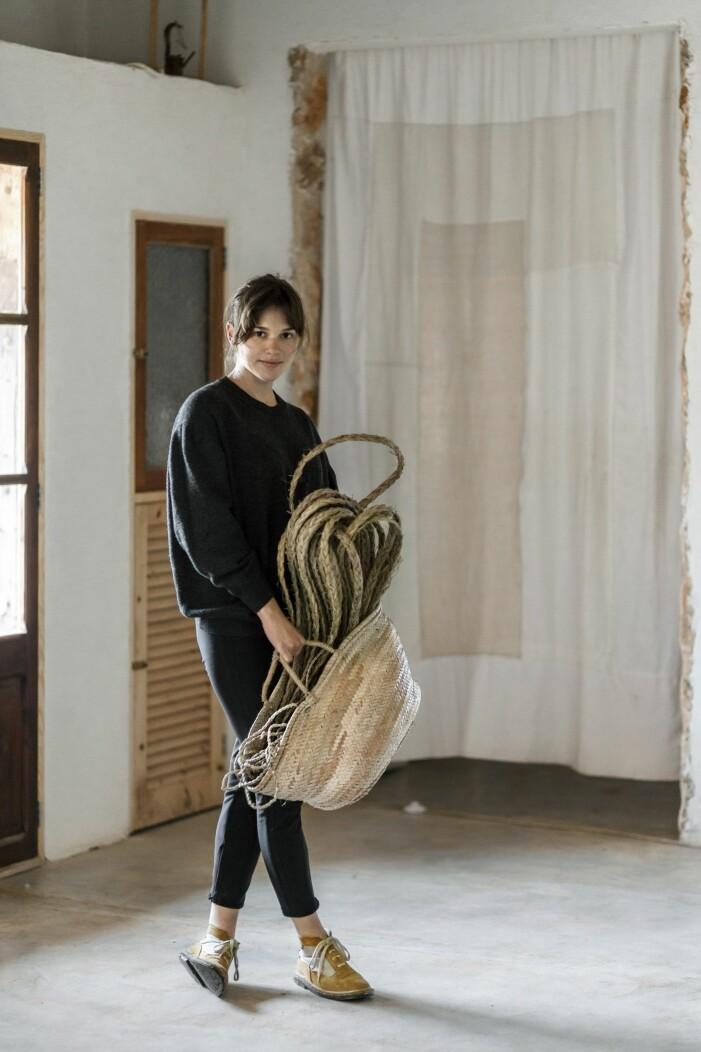 Adriana Meunié med material som hon ska skapa verk av