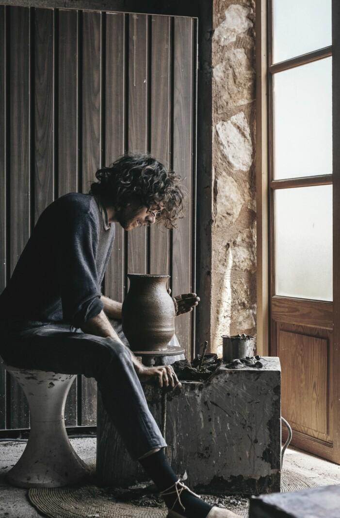Jaumes sitter och drejar i sin ateljé på Mallorca