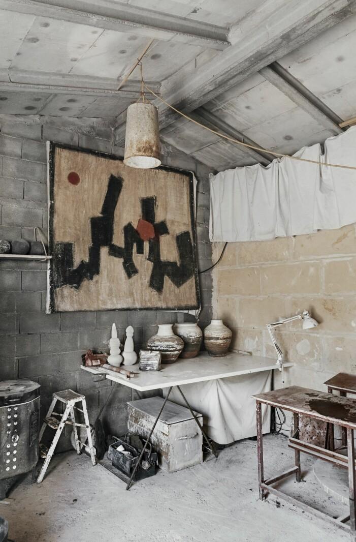 Inne i Jaumes ateljé står lerkrukor på tork