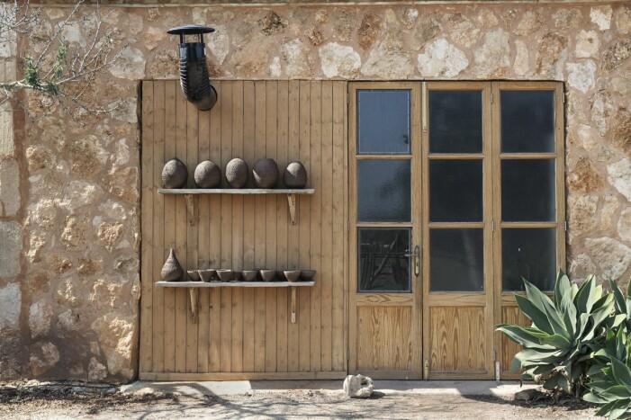 Trädörrar med fönster in till Jaumes ateljé