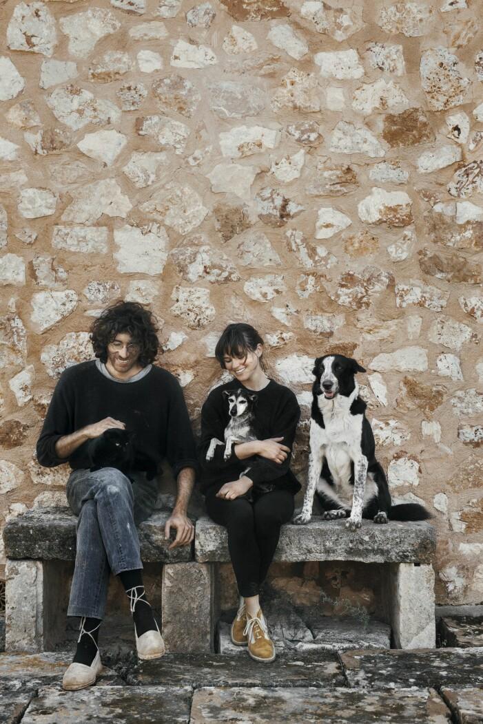Adriana Meunié och Jaume Roig utanför deras hem på Mallorca