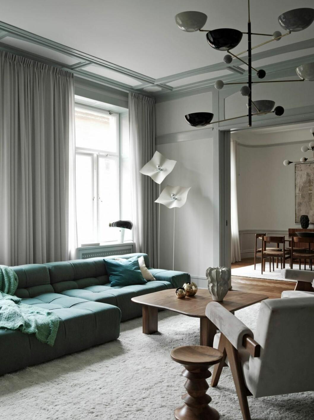 grön soffa i vardagsrum inrett av Joanna laven