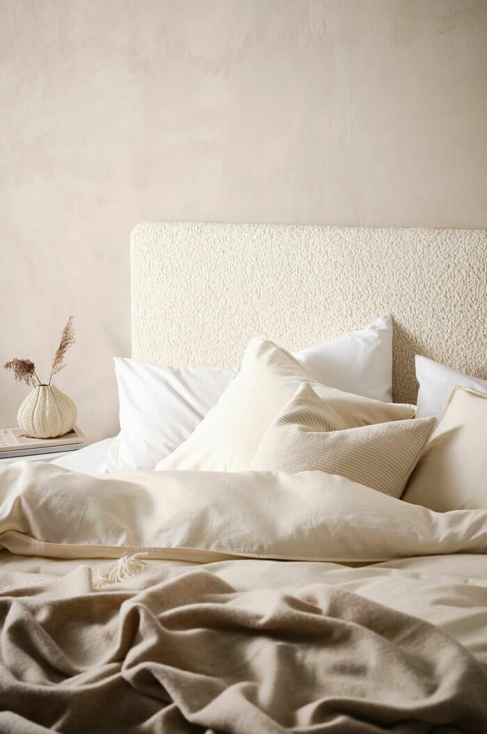 sovrum med teddy och vita nyanser