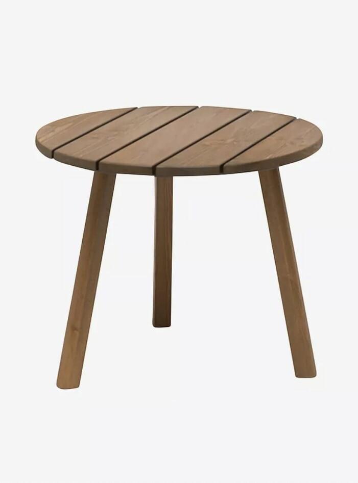 Inred med trä på balkongen, runt bord i ask