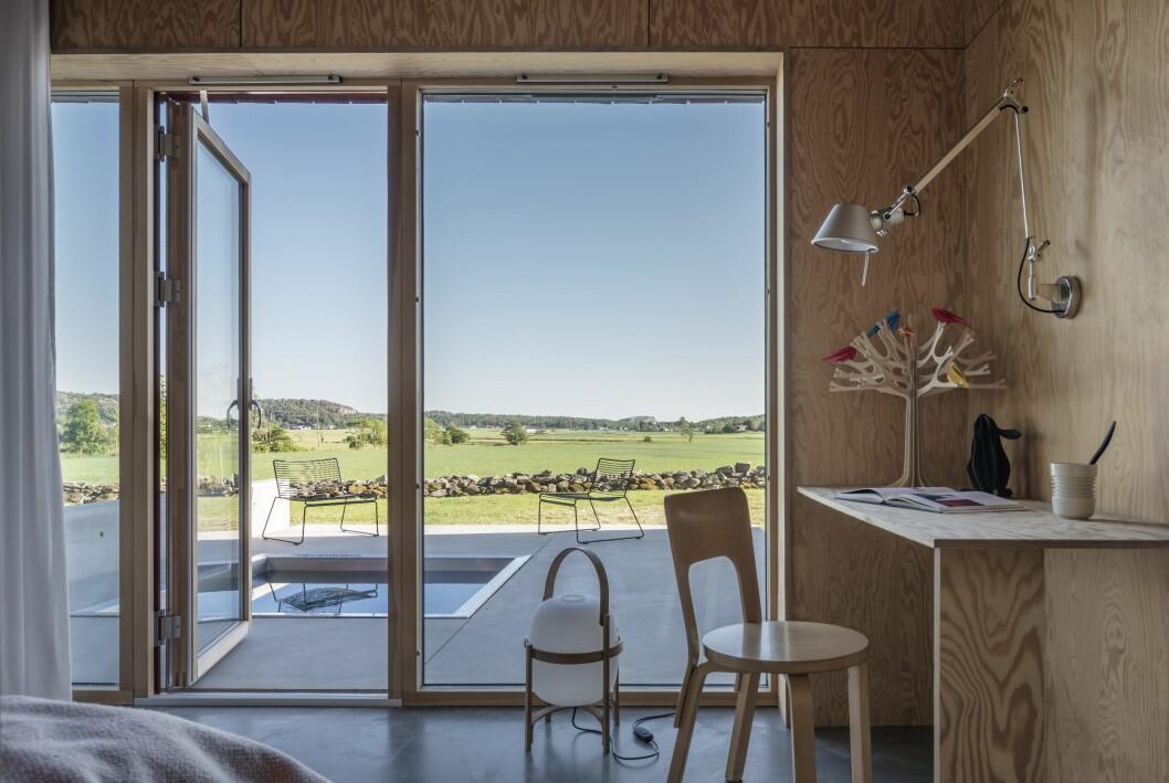 Gästhuset med platsbyggt bord och Alvar Aaltos stol.