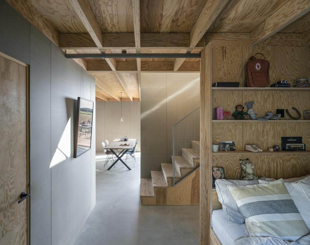 Säng och hylla i gästrummet på bottenvåningen.