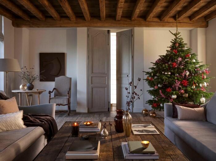 vardagsrum med julgran och rustik inredning från zara home