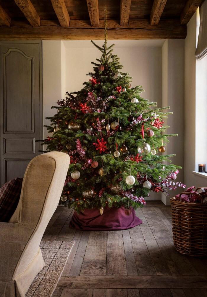 pynta julgranen med tema – här i rosa och rött
