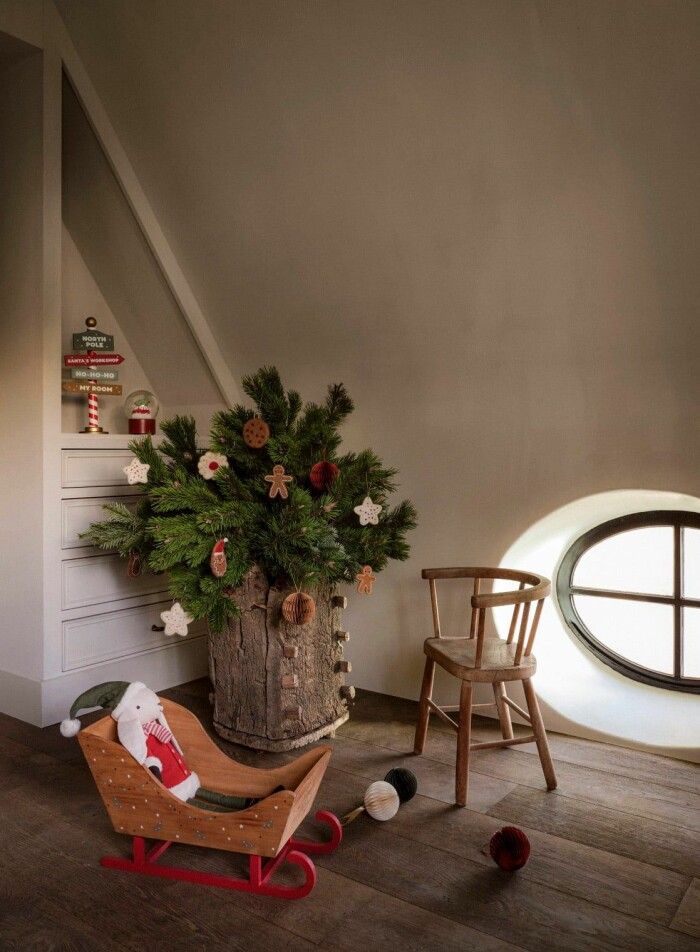 minigran med juldekorationer i papper, tyg och trä