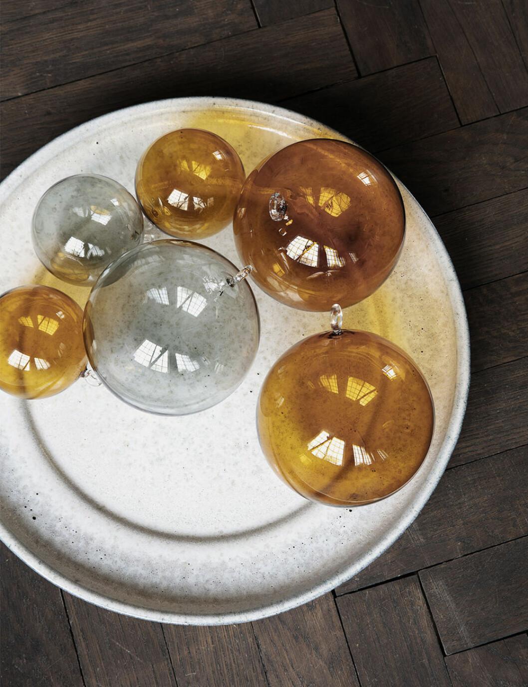 Julgranskulor i färgat glas från House Doctor
