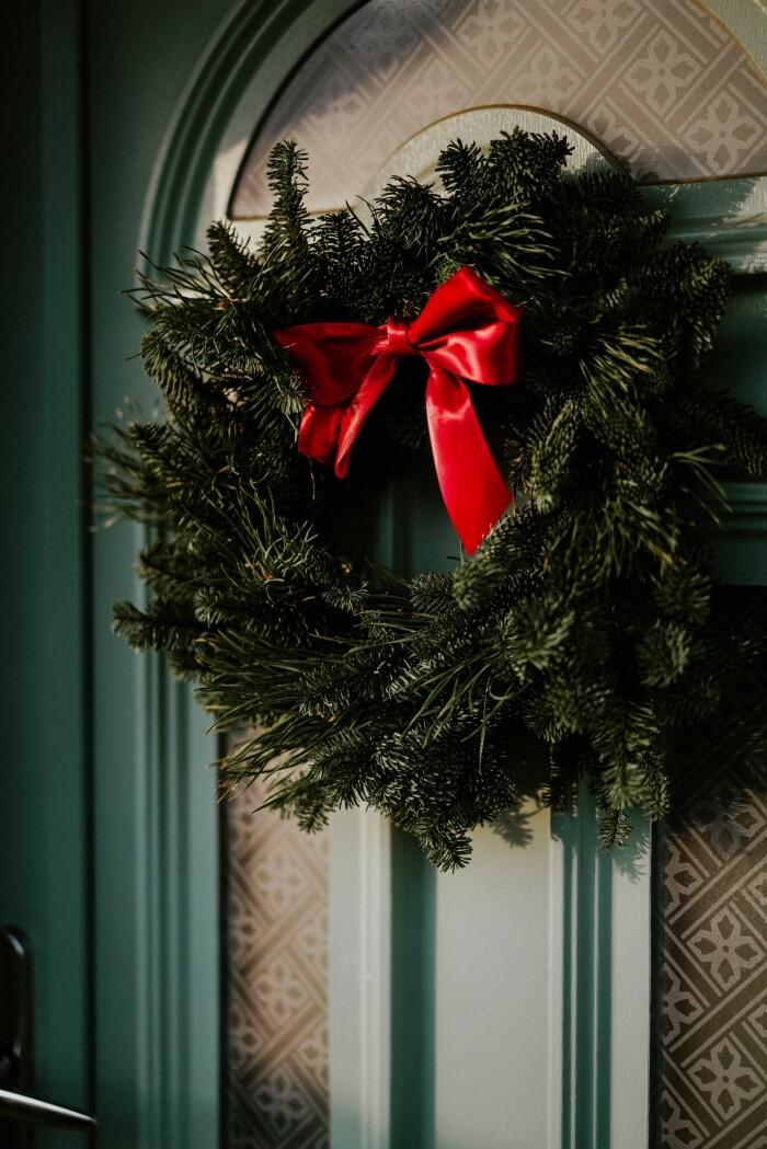 klassisk julkrans med granris och röd rosett