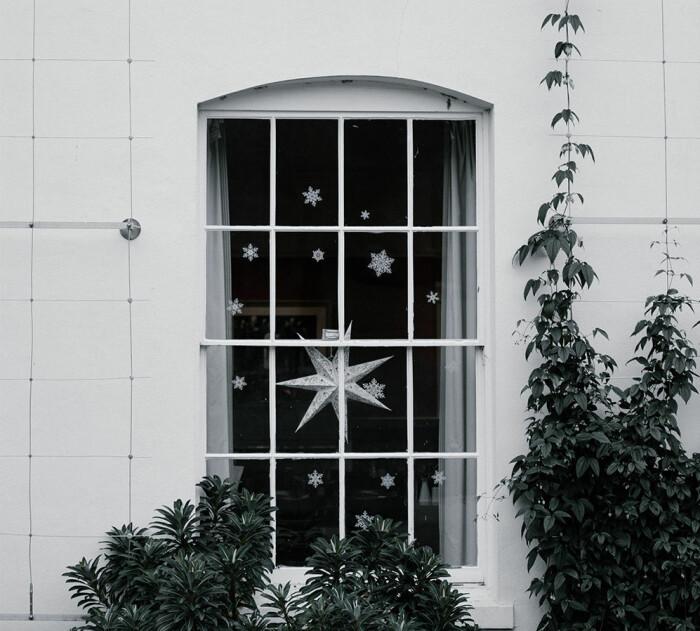 juldekorerat fönster