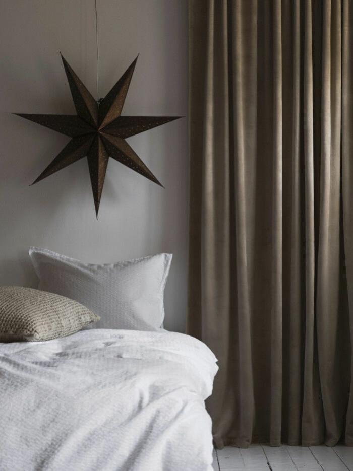adventsstjärna i sovrum i beige och brunt