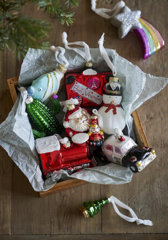 lekfulla juldekorationer i form av tomte och snögubbe