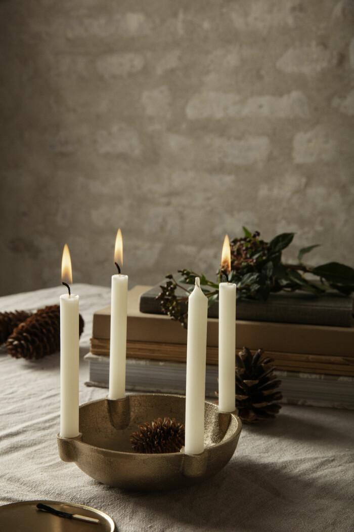 ljusstake med plats för fyra ljus och dekorationer