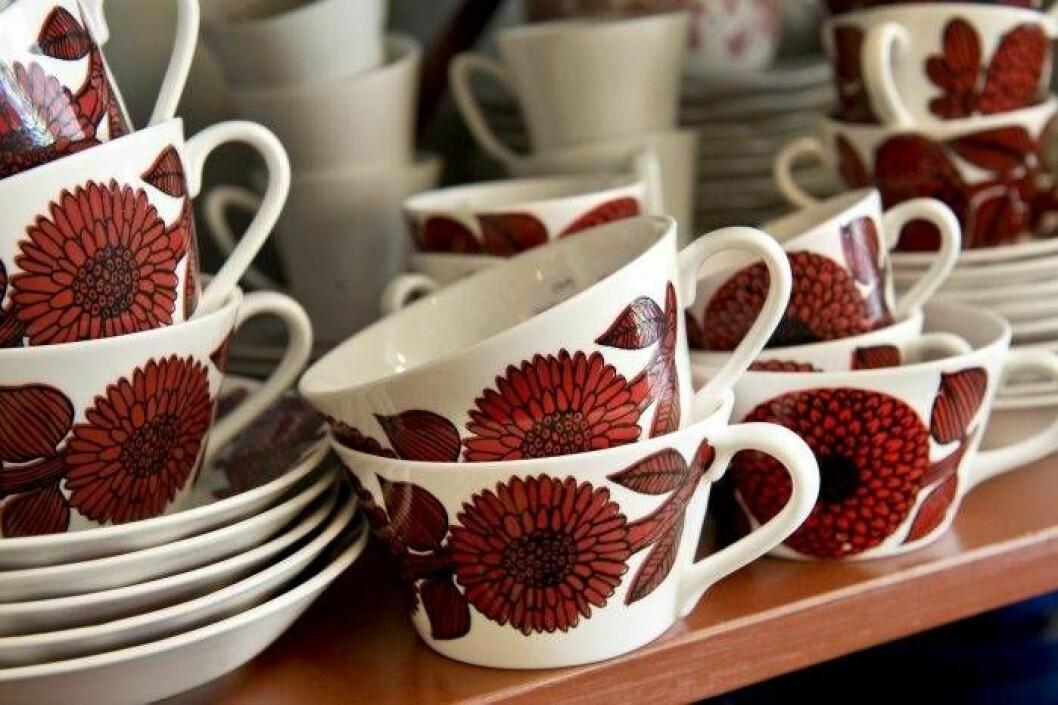 Vita kaffekoppar med stora röda aster-blommor, av Stig Lindberg.