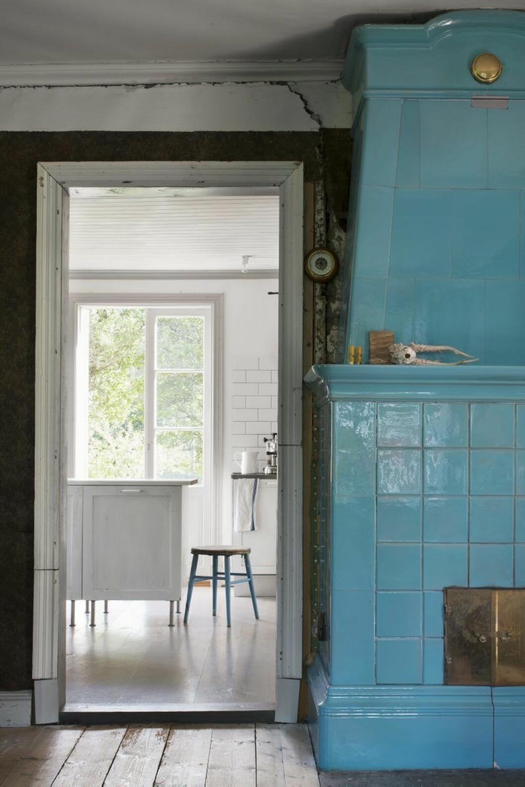 Kakelugnen ståtar i vardasgrummet. På vintern värmer den upp halva huset.