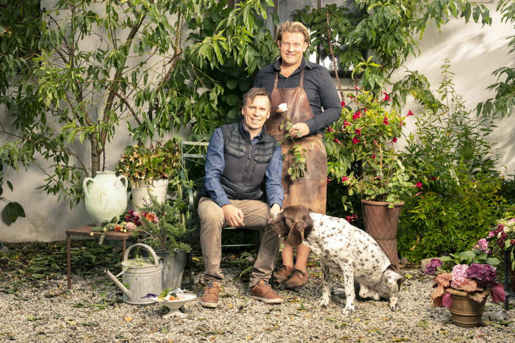 Karl Fredrik Gustafsson med sambon Petter Kjellén och hunden Hamlet.