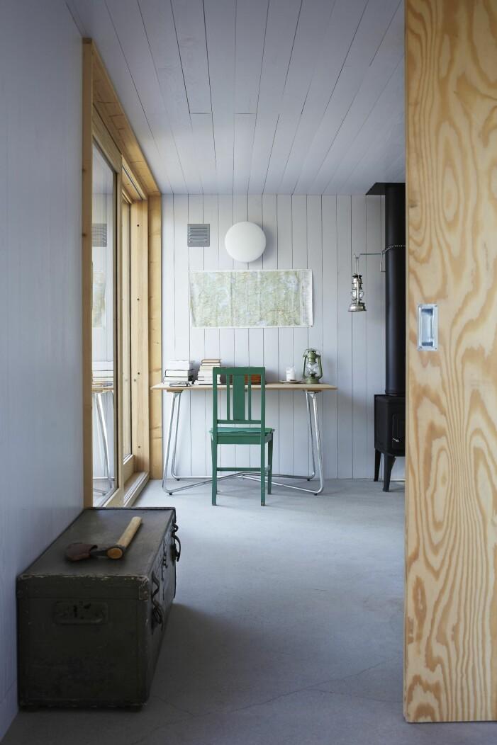 Kika in i arkitektritade huset. Här lever man spartanskt utan el och vatten.
