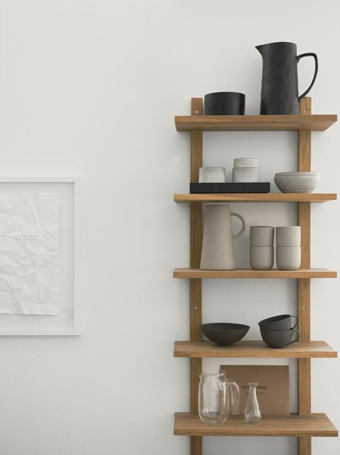 Kökshylla med keramik